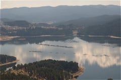 Montagnes de Rhodope de paysage de lac de réservoir de Dospat, Bulgarie Images libres de droits