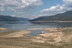 Montagnes de Rhodope de paysage de lac de réservoir de Dospat, Bulgarie Photographie stock libre de droits