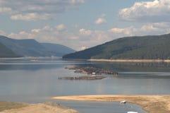 Montagnes de Rhodope de paysage de lac de réservoir de Dospat, Bulgarie Photos libres de droits
