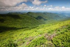 Montagnes de Ridge bleu roulant les vallées OR d'arêtes image libre de droits