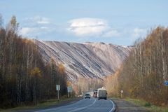Montagnes de roche de décharges des usines productrices de sel photographie stock libre de droits