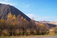 Montagnes de roche de décharges des usines productrices de sel photographie stock