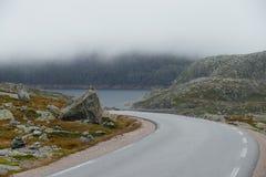Montagnes de route de brouillard photo stock
