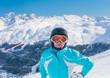 Montagnes de skieur à l'arrière-plan Station de sports d'hiver Livigno Images stock