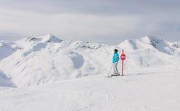 Montagnes de skieur à l'arrière-plan Station de sports d'hiver Livigno Photos libres de droits