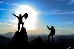 Montagnes de sommet, s'élever réussi et combattre ensemble photo stock