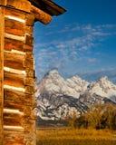 Montagnes de Teton avec la grange de carlingue de rondin photographie stock