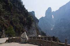 Montagnes de Tianmenshan pendant le début de la matinée en Chine Photographie stock libre de droits