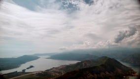 Montagnes de Timelapse et ciel, jour nuageux banque de vidéos