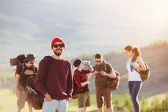 Montagnes de trekking de voyage d'amis dehors Photos stock