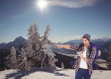 montagnes de voyage hommes avec le chapeau un appareil-photo dans la montagne ? photo stock