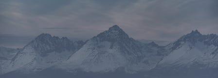 Montagnes de Vysoke Tatry dans l'horaire d'hiver Photo stock