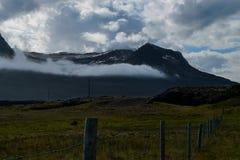 Montagnes derrière un champ Photo stock