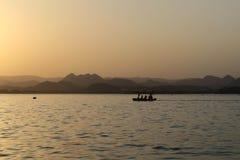 Montagnes devant le coucher du soleil indien photographie stock