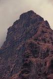 Montagnes dramatiques descendant en nuages de crépuscule photographie stock libre de droits