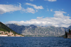 Montagnes du Monténégro par la mer image libre de droits