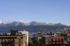 Montagnes du nord de rivage avec la première neige Photo libre de droits