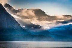 Montagnes embrumées pendant le matin Photographie stock
