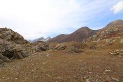 Montagnes en automne avec l'herbe brune et rougeâtre sous le ciel nuageux image stock