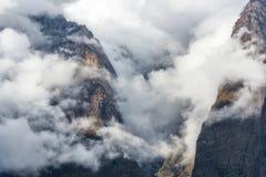 Montagnes en bas nuages le soir au Népal Images stock