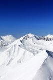 Montagnes en nuages au beau jour d'hiver Photo libre de droits
