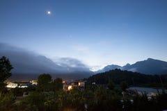 Montagnes en nuages sur le fond de ciel bleu Images stock