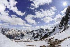 Montagnes ensoleillées de sommet Images libres de droits