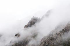 Montagnes et brouillard Photo stock