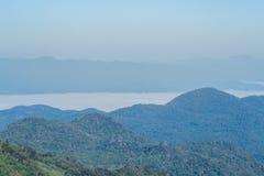 Montagnes et brume Photographie stock