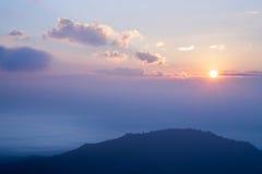 Montagnes et brume de lever de soleil Image stock
