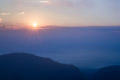 Montagnes et brume de lever de soleil Photographie stock