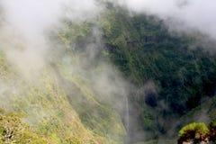 Montagnes et cascade à écriture ligne par ligne de nuage Images stock