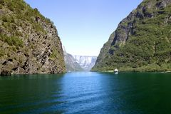 Montagnes et cascades vertes dans Sognefjord Scandinavie norway Image stock