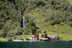 Montagnes et cascades vertes dans Sognefjord Scandinavie norway Photo stock