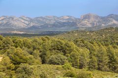 Montagnes et champs dans la réserve naturelle de Beseit de ports d'Els, Espagne images libres de droits