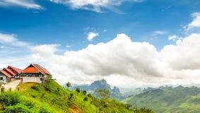 Montagnes et ciel bleu sur le chemin à Vang Vieng-Lu Photos stock