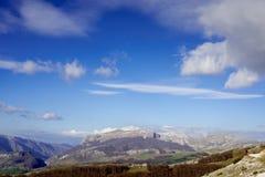 Montagnes et cieux Image stock