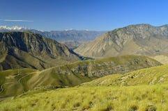 Montagnes et collines près de Kadamzhai, Kirghizistan Image libre de droits
