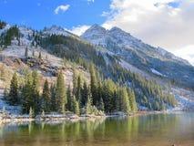 Montagnes et crique Photographie stock