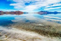 Montagnes et eau photos stock