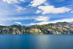 Montagnes et eau de ciel sur le lac Garda Image stock