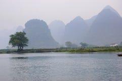 Montagnes et fleuve Image libre de droits