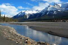 montagnes et fleuve de source Photo libre de droits
