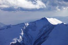 Montagnes et hélicoptère d'hiver dans la soirée Photographie stock