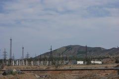 Montagnes et installations sur le fond de ces montagnes Images libres de droits