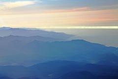 Montagnes et la mer Photos stock