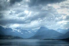 Montagnes et la mer photo libre de droits