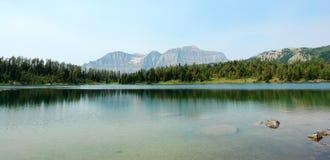 Montagnes et lac alpestre images stock