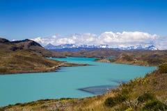 Montagnes et lac aux natales de puerto photographie stock libre de droits