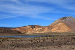 Montagnes et lac colorés dans les Andes péruviens Photo stock